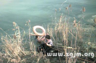 梦见亲人掉进河里