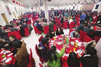 梦见家中大摆宴席有许多客人